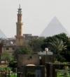 بالصور.. مصور الفرنسية يلتقط صورة لأهرامات الجيزة بينهما مأذنة