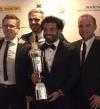 محمد صلاح يلتقط صورة مع جائزة أفضل لاعب بالبريميرليج قبل الإعلان الرسمى
