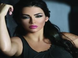 بالفيديو .. قمر بإطلالة مثيرة وتداعب حمل مريم حسين بمهرجان دبى