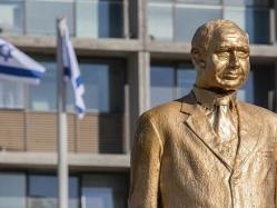 بالصور .. سلطات إسرائيل تزيل تمثالا ذهبيًا لنتنياهو بميدان رابين
