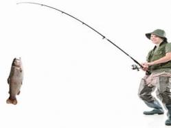بالفيديو.. شاب يصطاد السمك بأصابع قدمه