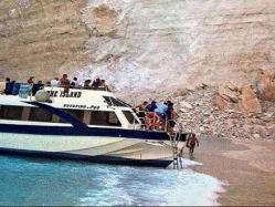 بالفيديو.. لحظة انهيار صخرة ضخمة على شاطئ مكتظ بالسائحين باليونان