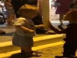 بالفيديو.. قلبه لا يعرف إلا الحب.. طفل يراقص عروسة ماريونت
