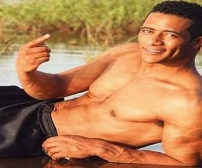 بالفيديو.. محمد رمضان يلهو ويستجم مع أولاده فى حمام السباحة