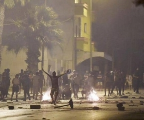 مواجهات ليلية عنيفة بين محتجين غاضبين والشرطة التونسية