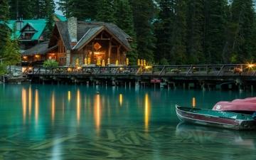 بحيرة إميرالد الساحرة .. ايقونة الجمال فى كندا