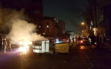 بالفيديو.. متظاهرون إيرانيون يقتلعون باب مبنى حاكم مدينة أراك