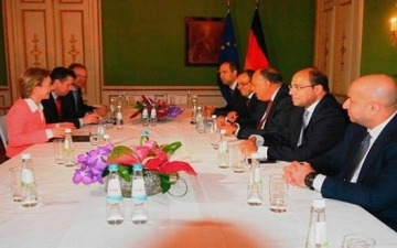 بالصور .. شكرى يبحث مع وزيرة الدفاع الالمانية مكافحة الارهاب والهجرة غير الشرعية