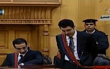 «مرسي» أول رئيس مدني معزول يحاكم في قفص زجاجي بالبدله البيضاء