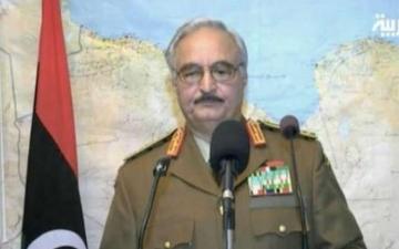 بالفيديو.. قائد سابق بالجيش الليبي يجمّد المؤسسات الدستورية: «ليس انقلابًا»
