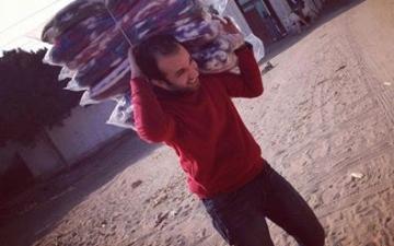 بالصور .. المخرج محمد رمضان يحمل بطاطين للغلابة قبل وفاته