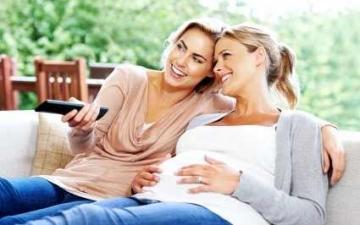مشاهدتك للتليفزيون أثناء الحمل يجعل أطفالك بدناء