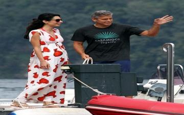 بالصور.. جورج كلوني وخطيبته فى رحلة بحرية تنتهي بـ«قبلة ساخنة»