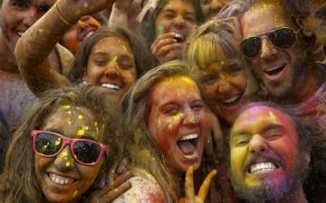 بالصور  .. التراشق بالألوان عادة سنوية بالهند