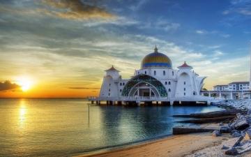 جامع مضيق مالاكا .. عندما يصبح المسجد لوحة فنية على صفحة الماء !!