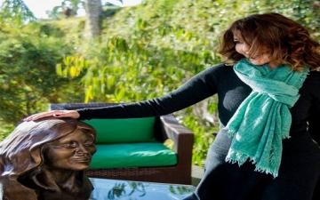 بالصور.. جمهور سميرة سعيد يفاجئها بتمثال لها بعيد ميلادها