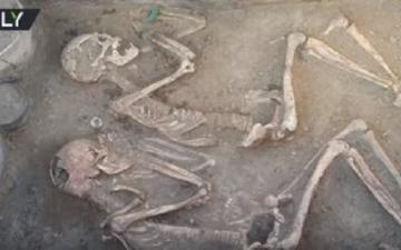 """بالفيديو.. روسيا اليوم: العثور على مقبرة """"روميو وجولييت"""" بكازخستان"""