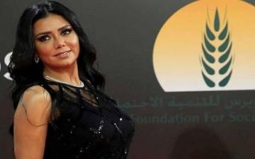 """بالصور.. رانيا يوسف بفستان """"ستومك"""" أسود بعد أزمتها الأخيرة"""