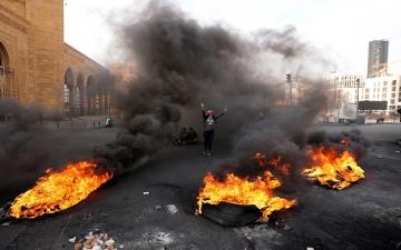 محتجون لبنانيون غاضبون يقطعون الطرقات فى بيروت وطرابلس احتجاجاً على تردي الوضع الاقتصادى والمعيشى