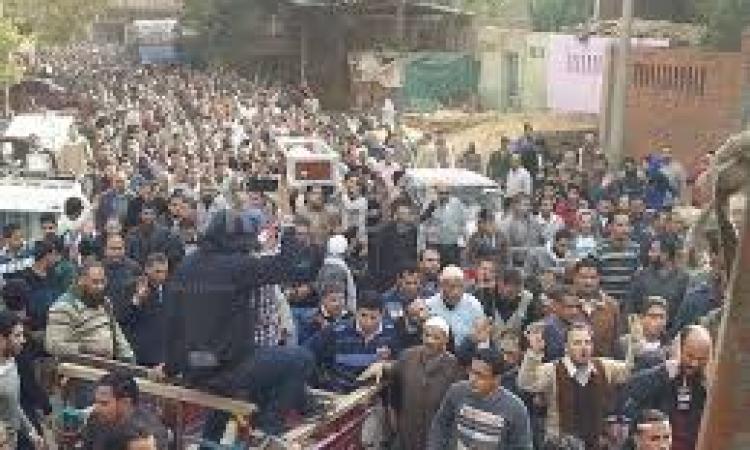 أهالي بولاق يعتدون بالضرب على المتظاهرين