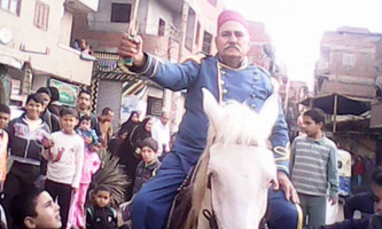 حفيد أحمد عرابى يرتدى بدلة عسكرية رمزية ويحتفل بالدستور فى هرية رزنة