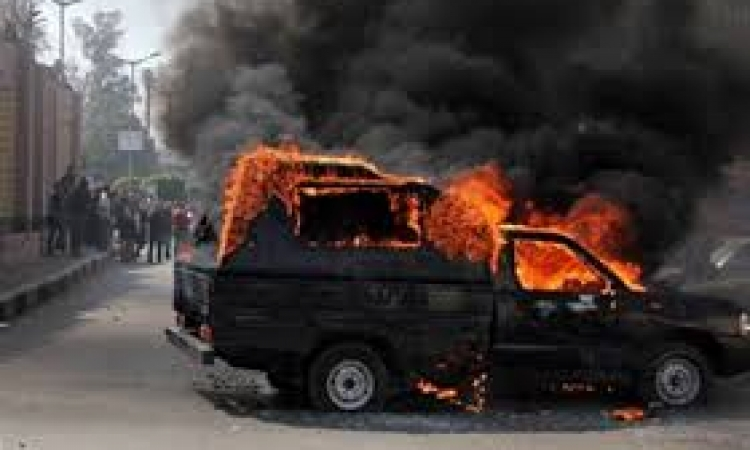 الإخوان يشعلون النيران بسيارة شرطة بالسادس من أكتوبر