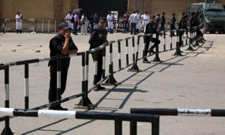 مؤيدو السيسى يستقبلون محامي مرسي بيسقط الخونة