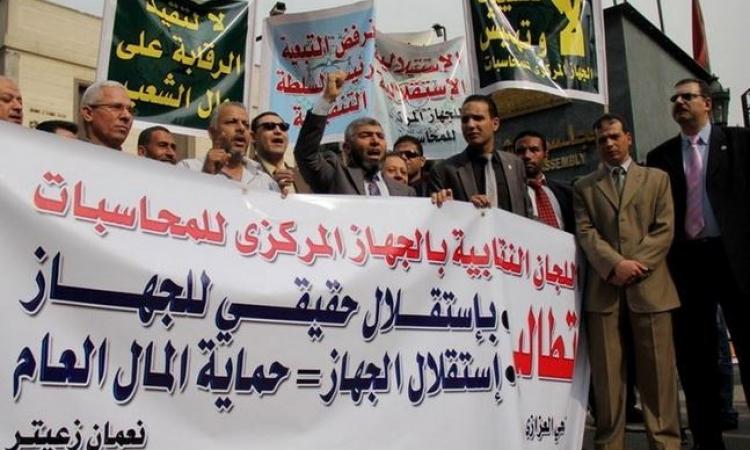 """""""رقابيون ضد الفساد"""" تكشف أول مخالفة دستورية ل""""جنينة"""""""