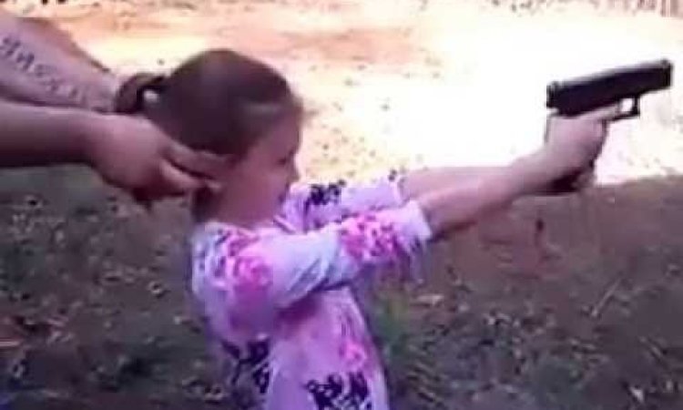 طفلة تقتل والدتها بطريق الخطأ في بني سويف