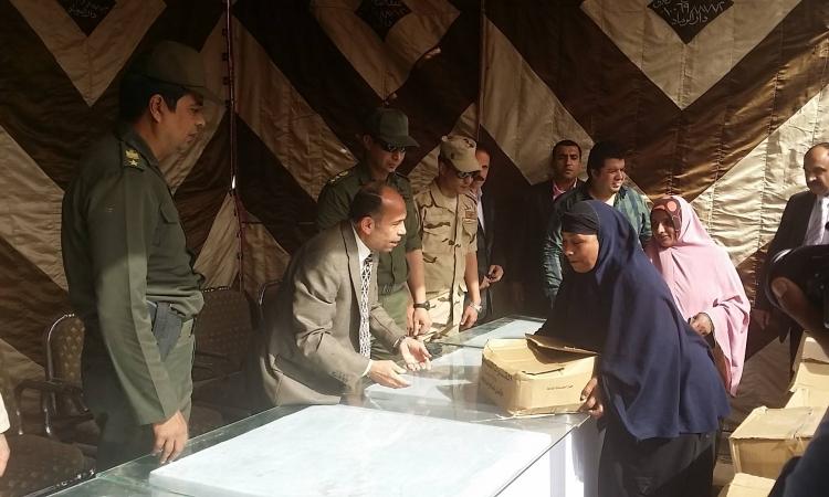 الجيش والمحافظة يسلمون 30 ألف كرتونة مواد غذائية لأهالي الفيوم