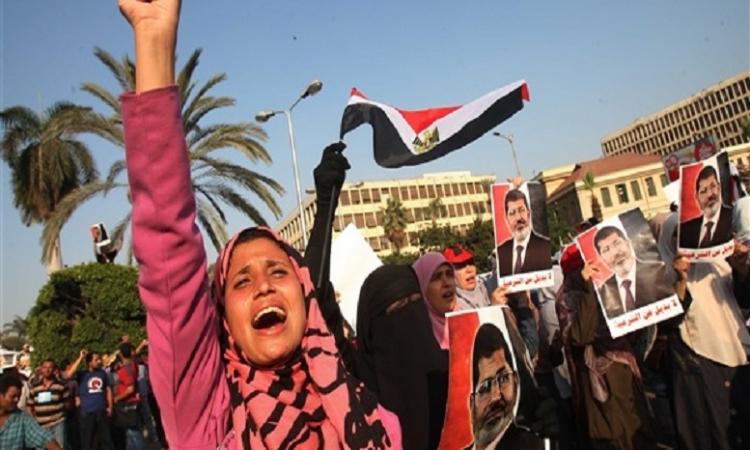 """اشتباكات بين مسيرة لـ""""الارهابية"""" والشرطة بمدينة نصر"""