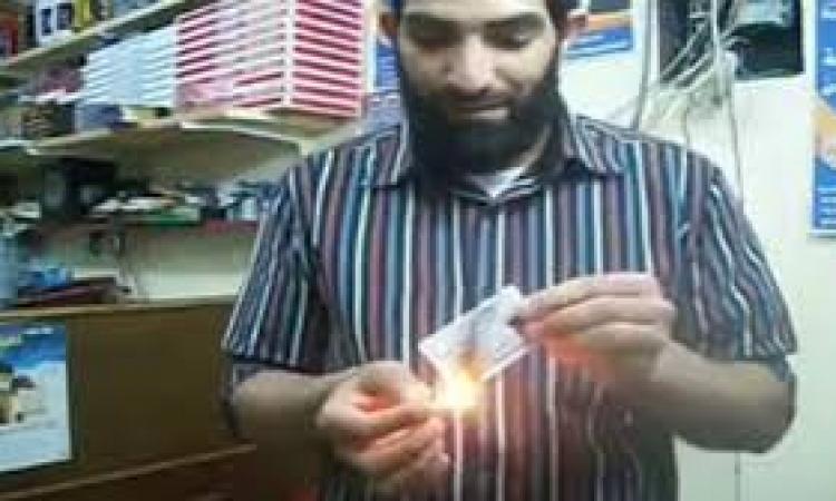 عامل نظافة يتبرأ من الارهابية احتجاجًا على اعمال العنف