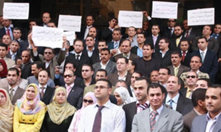 موظفو الشهر العقاري بالفيوم يواصلون إضرابهم