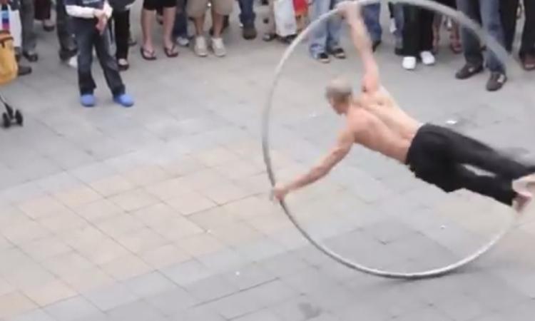 بالفيديو رجل يرقص وسط الشارع بمهارة داخل حلقة دائرية