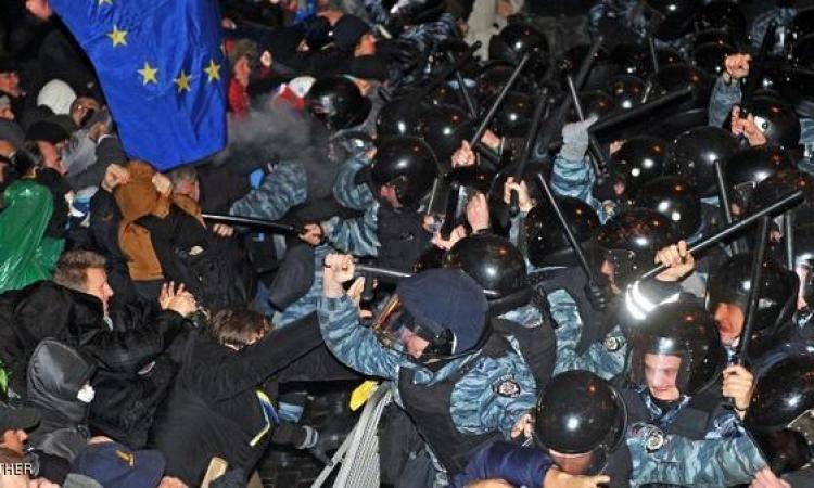 رغم سقوط قتلى :مباراة مصالحة بين المتظاهرين والشرطة فى أوكرانيا