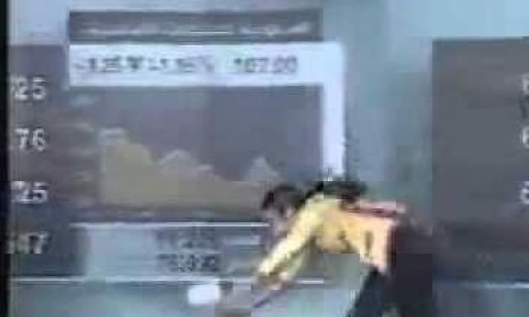 شاهد بالفيديو .. سقوط مذيعة على الهواء