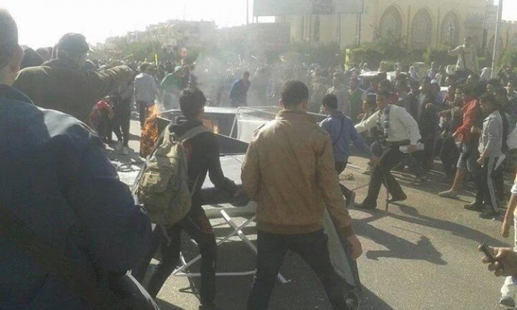 متظاهرو الإرهابية يشعلون  النيران  في سيارات الشرطة ب 6 أكتوبر