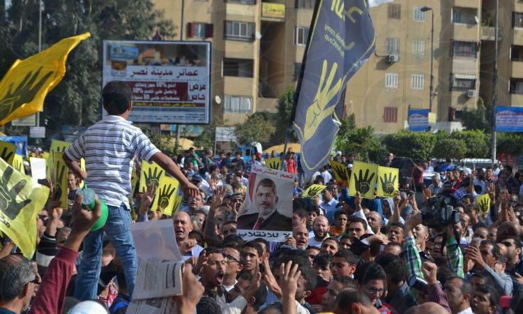 المئات من الإخوان يتظاهرون امام مترو عين شمس  