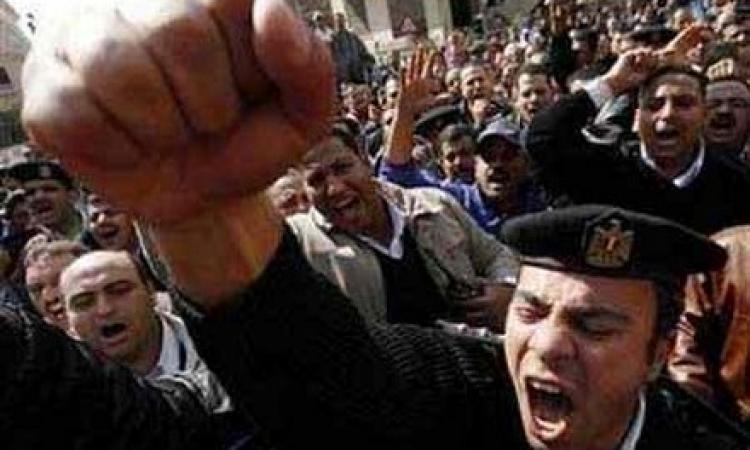 العشرات من شرطة القليوبية ينظمون وقفة أمام مديرية الأمن للمطالبة بالحد الأدني