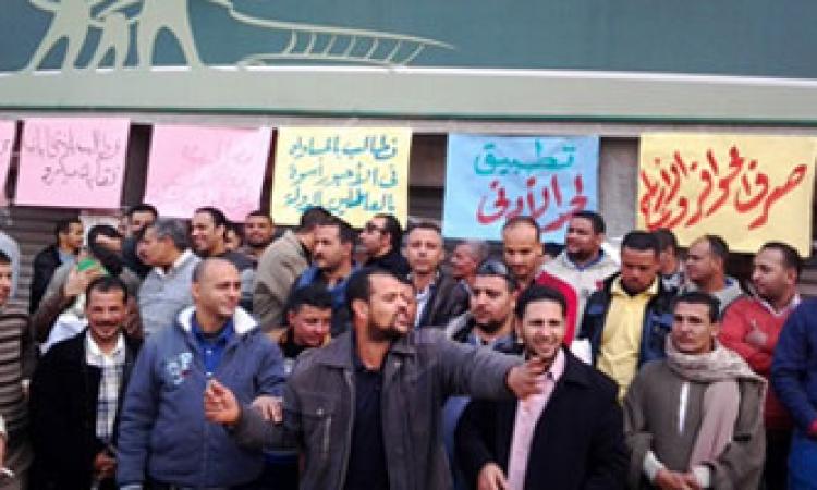 """إضراب عمال """"قناة السويس للملابس""""  بالإسماعيلية"""