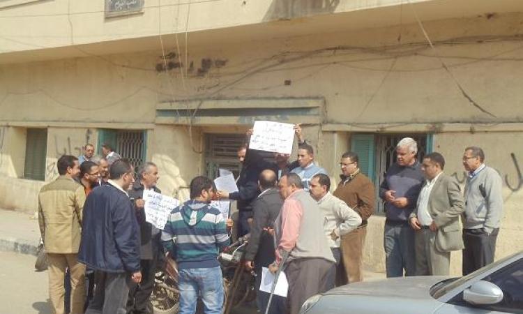 بالصور .. وقفة احتجاجية للعاملون بالشهر العقارى بالفيوم ضد وزير العدل