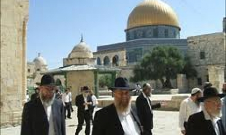"""مستوطنون ومجندات إسرائيليات يقتحمون """"الأقصى"""""""