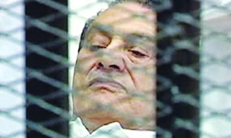 بعد أكثر من 95 جلسة لم يقل فيها غير «أفندم أنا موجود».. مبارك يخرج عن صمته ويدافع عن نفسه