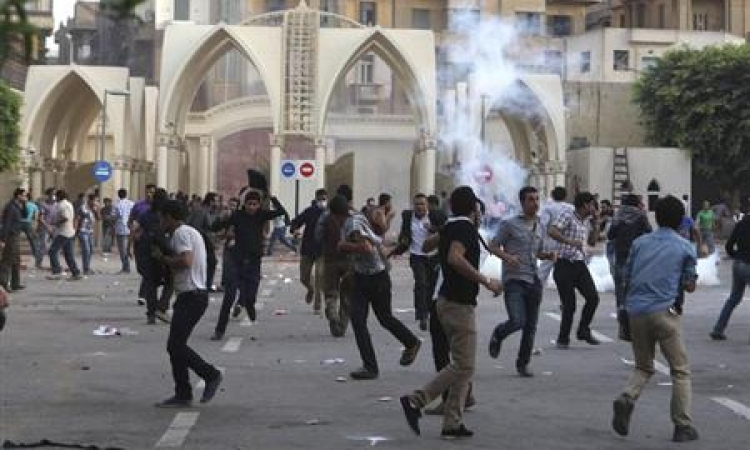 قوات الأمن تطلق الغاز لتفريق طلاب الإخوان امام جامعة القاهرة