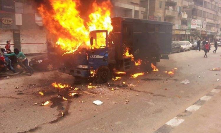 """بالصور..""""الإرهابية"""" تستهدف عربات الشرطة"""