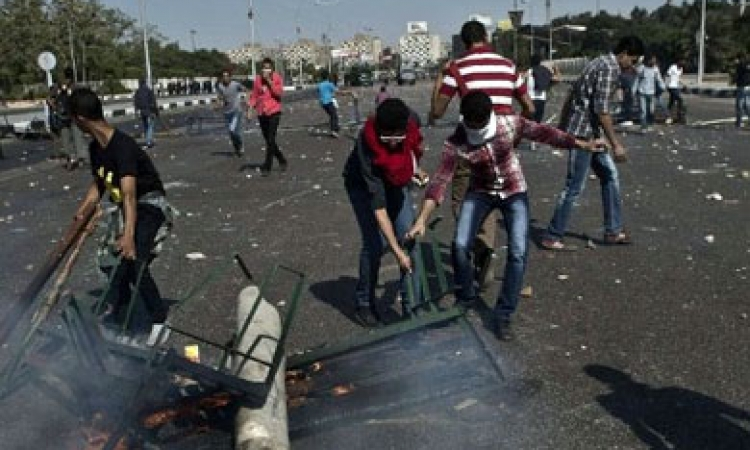 طلاب الإخوان يحطمون سيارة رئيس جامعة الأزهر