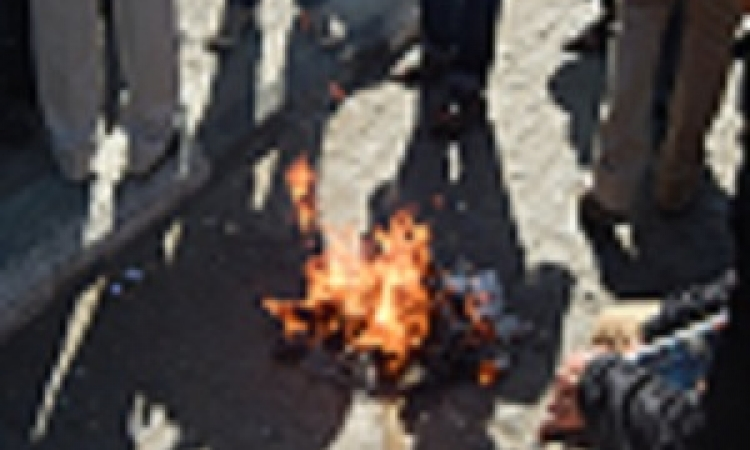 """بالصور.. متظاهرون يحرقون جريدة تسب في الداخلية في"""" عبد المنعم رياض"""""""