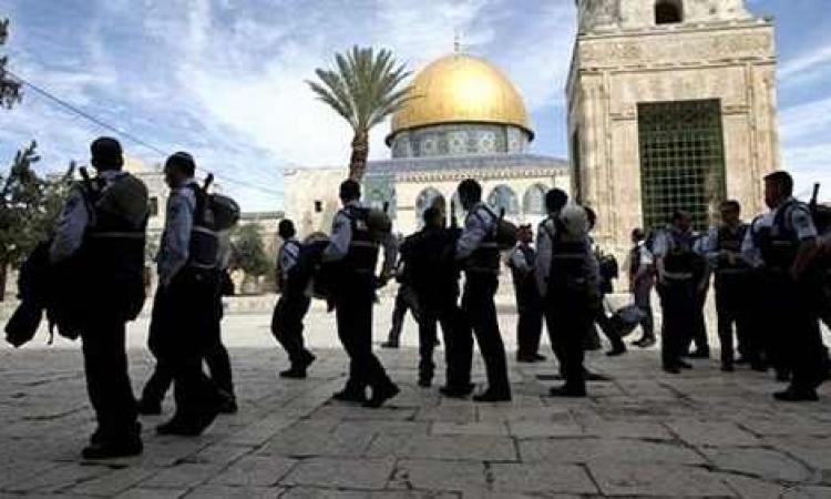 متطرفون يهود يقتحمون باحات الأقصى فى حراسة الشرطة الاسرائيلية