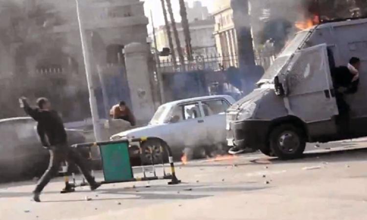 طلاب الإخوان يشعلون النار فى مدرعة للشرطة أمام المدينة الجامعية للأزهر