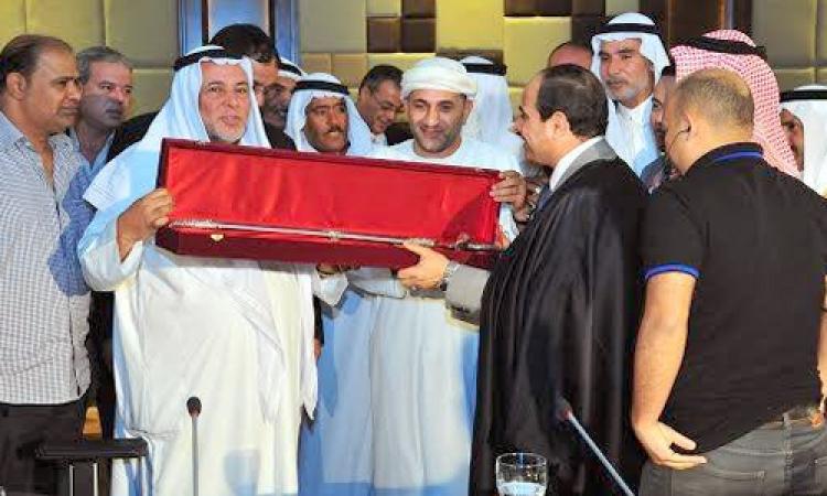 صور.. السيسي يتسلم «عباءة وسيف القبائل» خلال استقبال وفدا من مشايخ وشباب سيناء